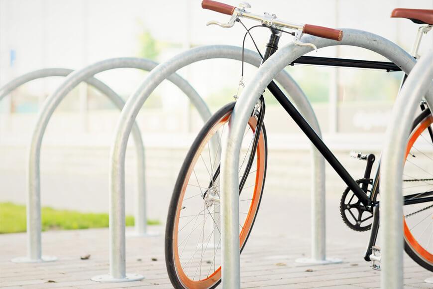 bicicleta estacionada contra un cicloestacionamiento