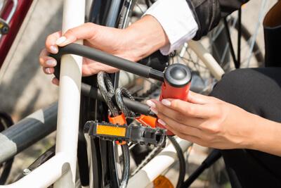 una persona usando un candando en u para bicicleta