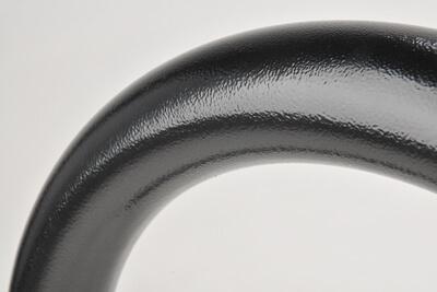 acercamiento de un cicloestacionamiento recubierto con polvo