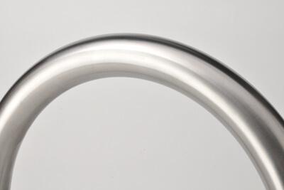 acercamiento de la superficie de acero inoxidable de un cicloestacionamiento