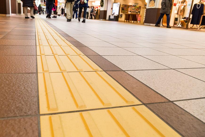 Guiding pattern tactile paving along shopping street