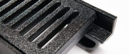 Trench grate with grate slots