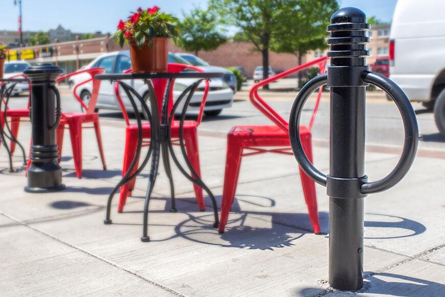 bolardos para estacionamiento de bicicletas en un café