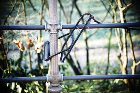 Un porte-bagages reste enchaîné à une clôture après qu'un voleur eu volé le vélo