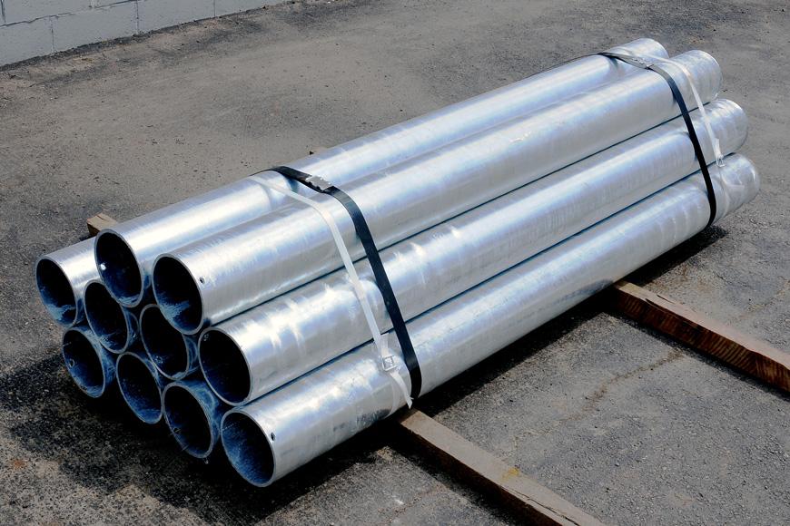 Bolardos de tubos de acero galvanizados amarrados en paquete