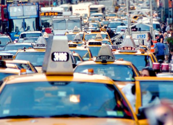 Vía congestionada llena de taxis