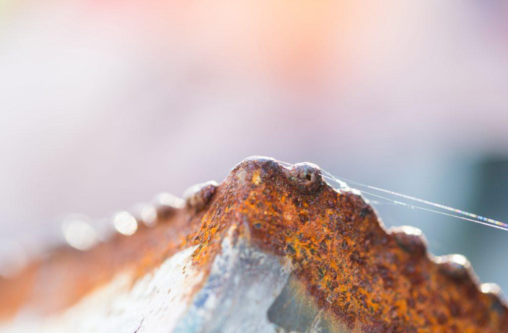 Óxido rojo en el borde de una herramienta de acero