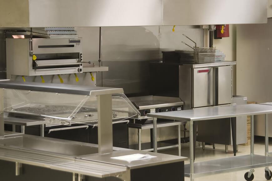 Articles en acier inox rencontrés dans une cuisine commerciale