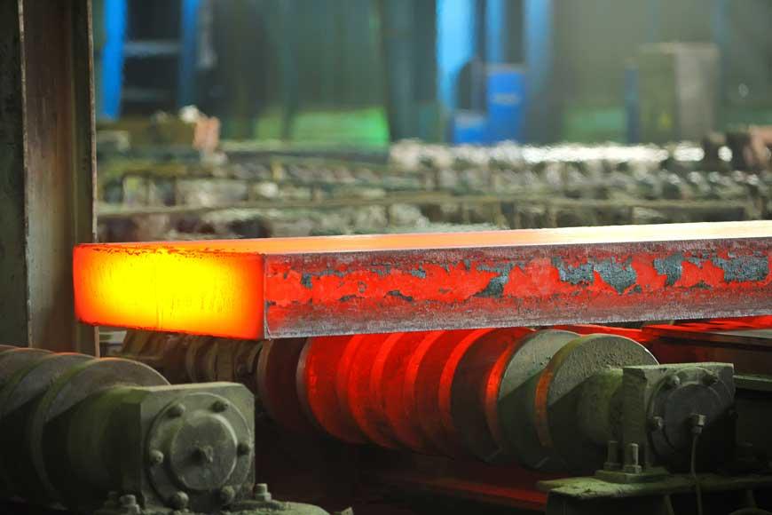Acier laminé à chaud en cours de traitement dans une aciérie