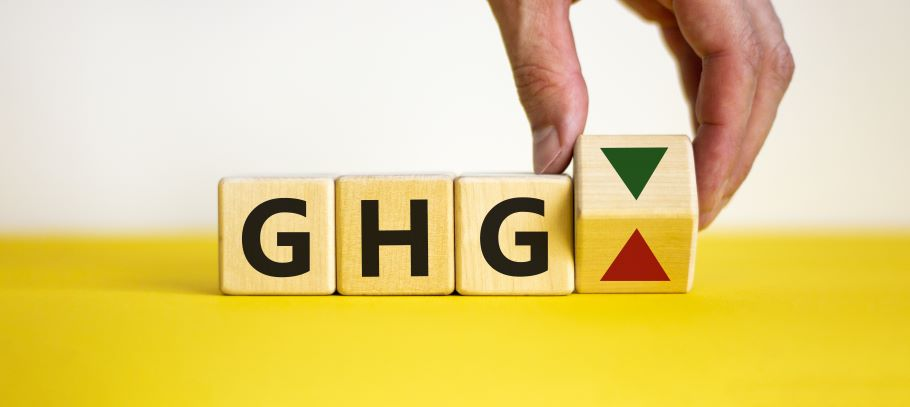 Three wooden blocks have the letters G H G painted on them. A fourth block is being tipped by a finger from a red arrow pointing up to a green arrow pointing down.