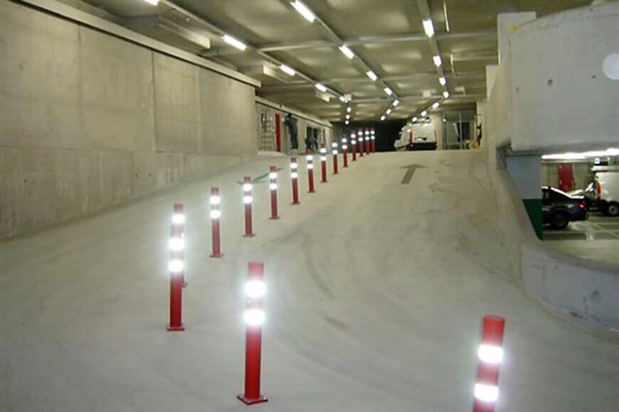 гибкие блокираторы защищают транспортные средства в узких полосах движения