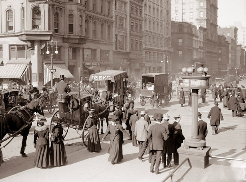A picture from 1900 shows 5th Avenue bustling, without trees